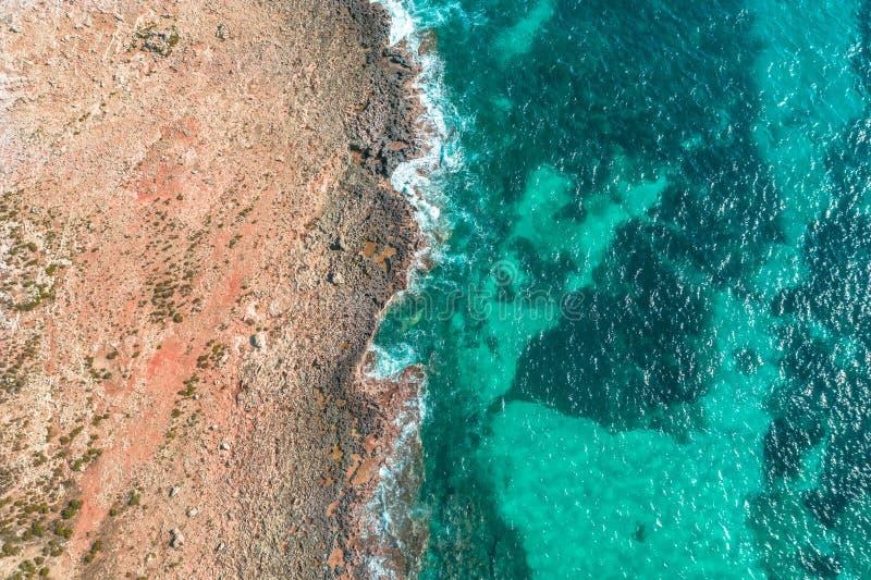 Havskust på ön, flyg- sikt från ovannämnd överkant royaltyfri foto