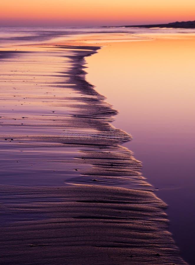 Havskust på solnedgången royaltyfri bild
