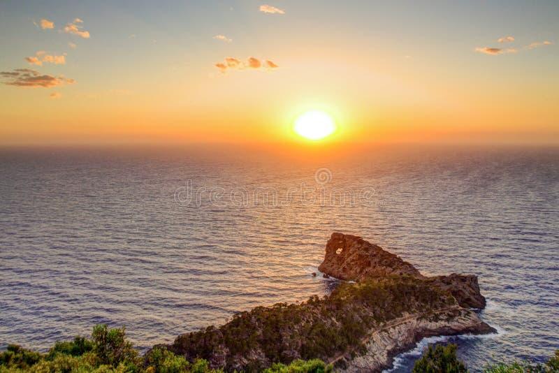 Havskust på solnedgången, ljus sol på himmel Mallorca Spanien arkivfoto