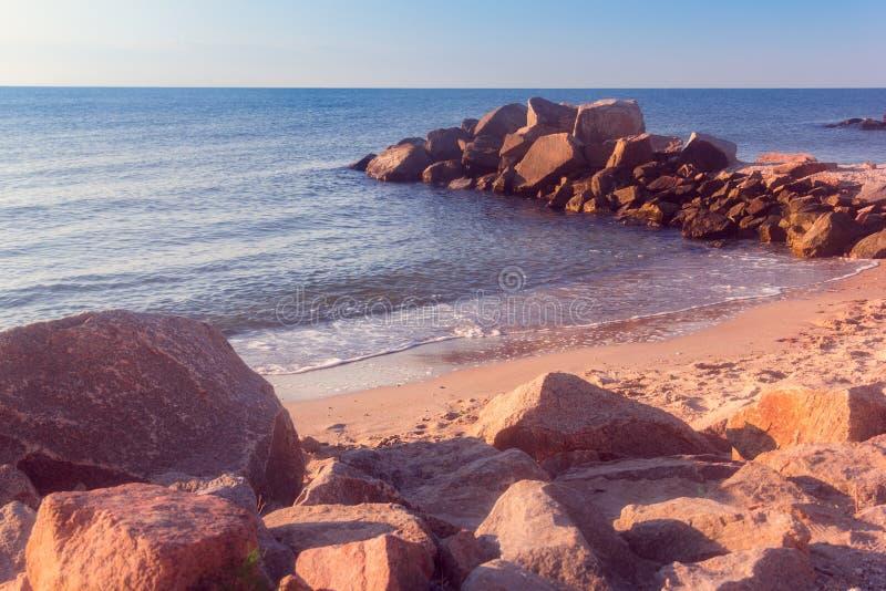 Havskusten med kullersten-stenar arkivbild