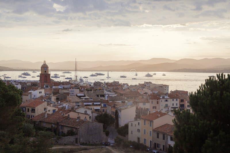 Havskusten nära stärkte väggar i Saint Tropez, franska Riviera, Frankrike royaltyfri fotografi