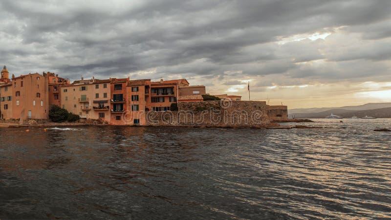 Havskusten nära stärkte väggar i Saint Tropez, franska Riviera, Frankrike royaltyfria foton