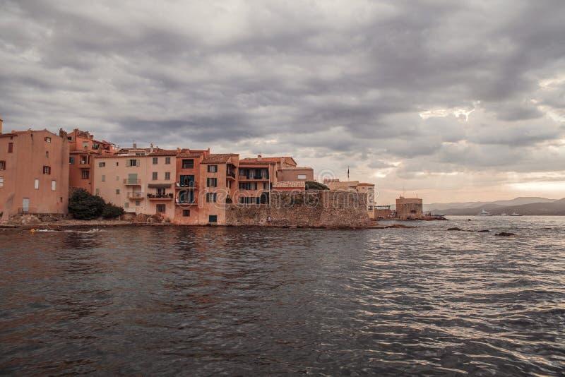 Havskusten nära stärkte väggar i Saint Tropez, franska Riviera, Frankrike royaltyfri bild