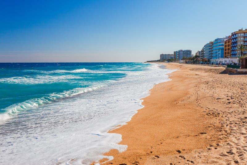Havslandskap i Blanes, Catalonia, Spanien nära av Barcelona Scenisk stad med den trevliga sandstranden och klart blått vatten i h arkivbilder