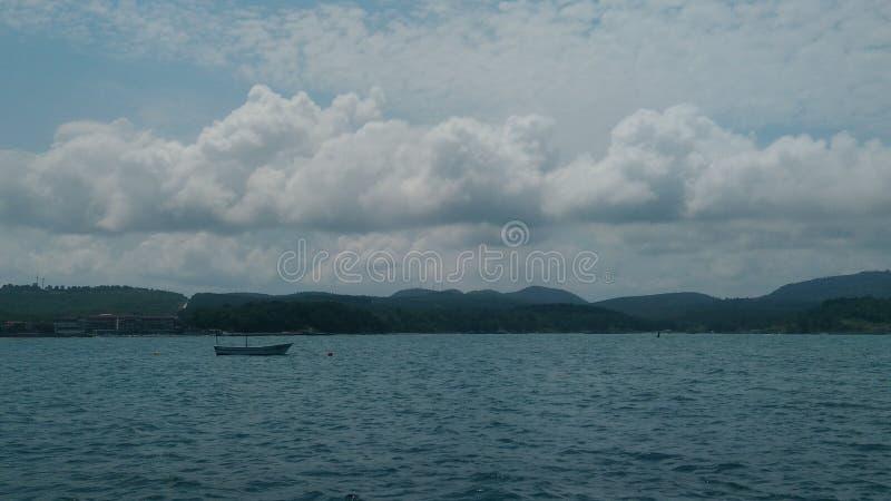 Havslandskap med lite skeppet royaltyfri bild