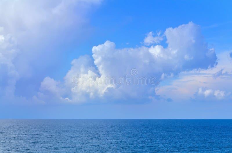 Havslandskap med vågor och himmel med moln i sommar royaltyfria foton