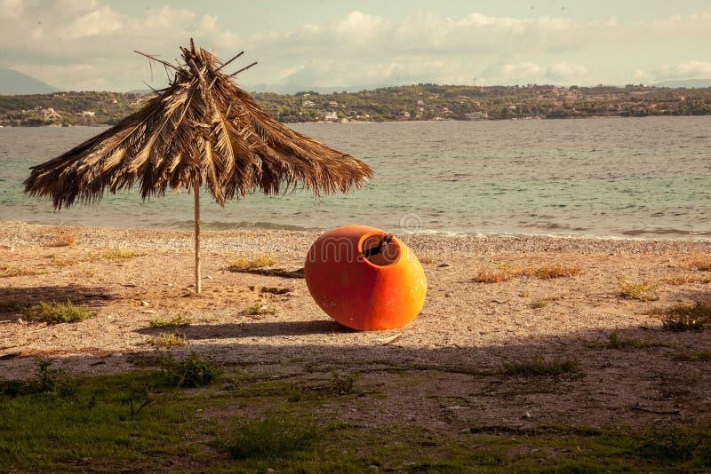 Havslandskap och tält på en strand royaltyfria bilder