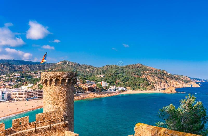 HavslandskapBadia fj?rd i Tossa de Mar i Girona, Catalonia, Spanien n?ra av Barcelona Forntida medeltida slott med trevlig sand royaltyfri foto