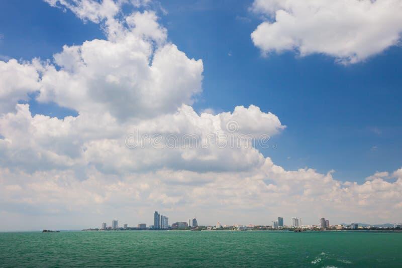 Havslandskapsikt av staden under vitt molnigt arkivfoto