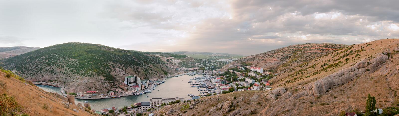 Havsliten vik i en liten stad arkivfoto