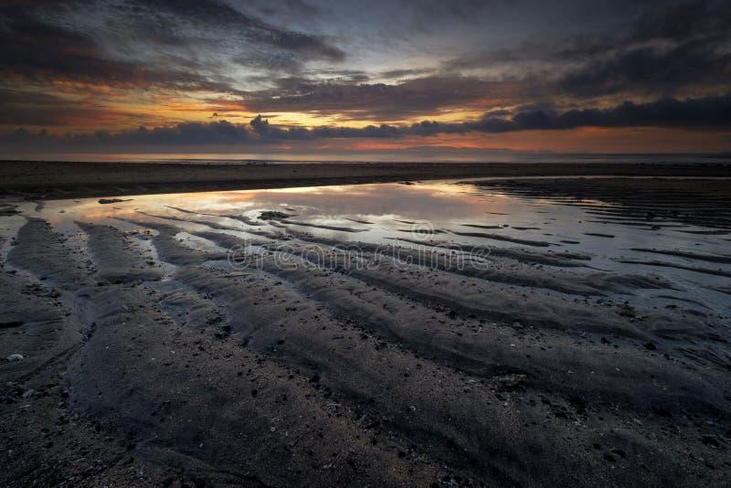 Havsoluppgång när lågvatten och kan se modellen av sand royaltyfri bild