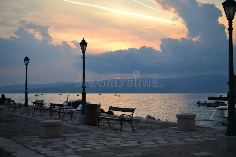 Havspromenad i byar runt om splittring med havssikt, Dalmatia, Kroatien royaltyfri foto