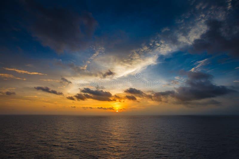 Havsscape, soluppsättning på havet för bakgrund, blå himmel och mörkt moln fotografering för bildbyråer