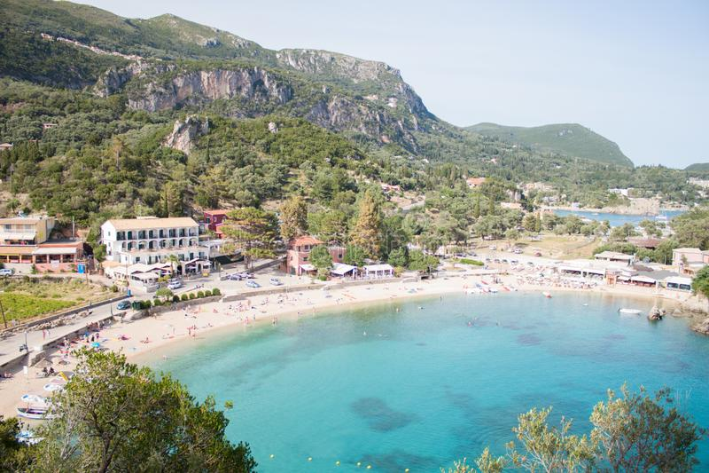 Havssemesterort Ionian hav Paleokastritsa paleokastrica f?r kustcorfu greece ? Grekland royaltyfria bilder