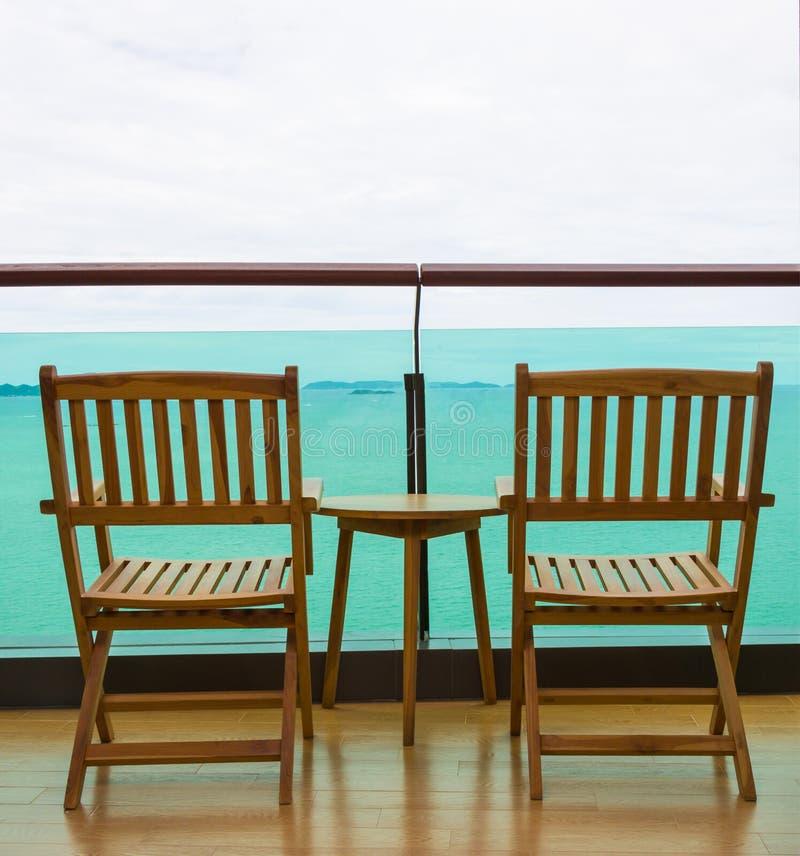 Havssikt från balkong med stolar och tabellen royaltyfri bild