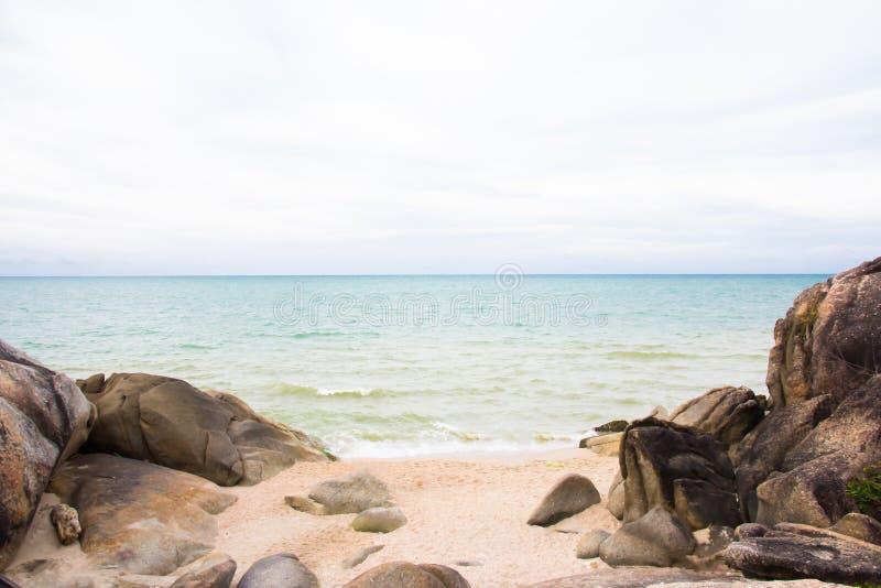 Havssikt från på den tropiska stranden royaltyfri fotografi