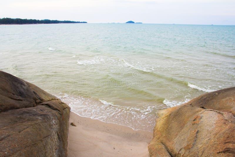 Havssikt från på den tropiska stranden royaltyfria bilder
