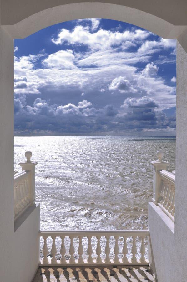 Havssikt från terrassen arkivfoto