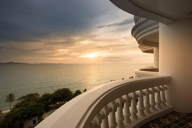 Havssikt i solnedgångtid från modern andelsfastighet royaltyfri bild
