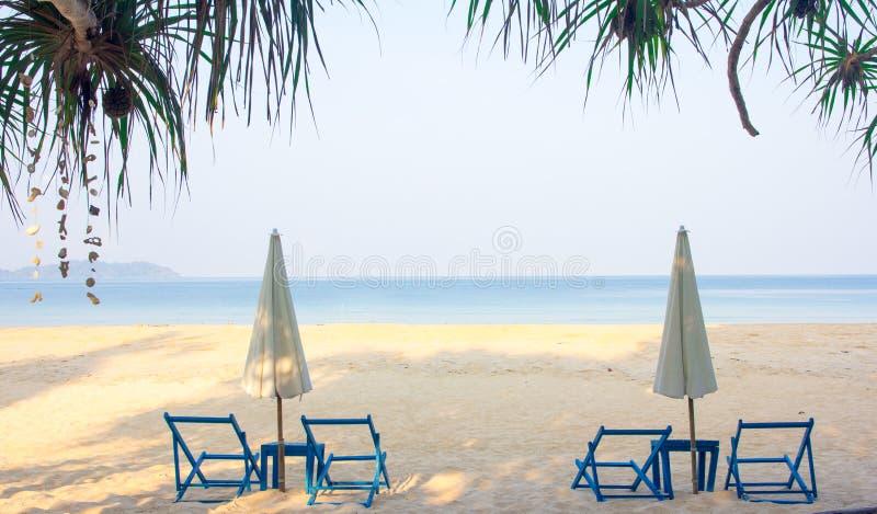 Havssikt i tropiskt med sunbed och paraply royaltyfri foto