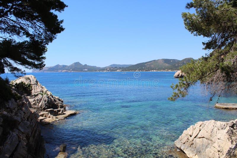 Havssikt norr Mallorca royaltyfri foto