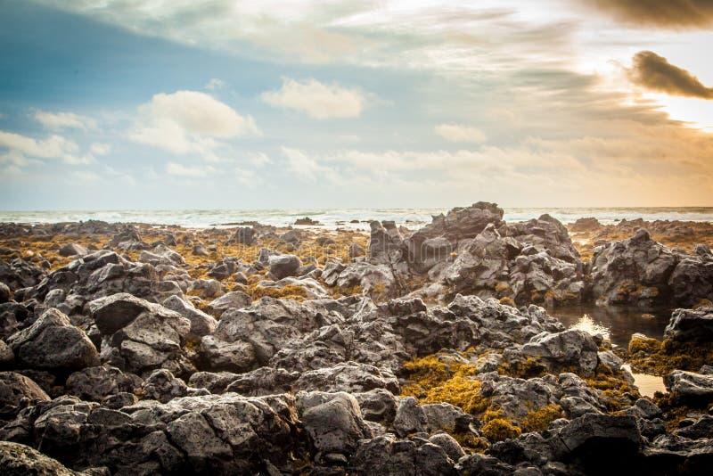 Havssikten av kullar, himmel och vaggar royaltyfri bild