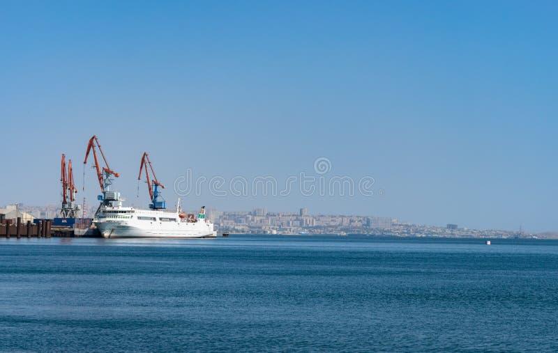 Havsskyttlar av det Caspian sändningsföretaget används för att ladda och avlastning av operationer i hamnstaden av Baku, Azerbajd royaltyfria bilder