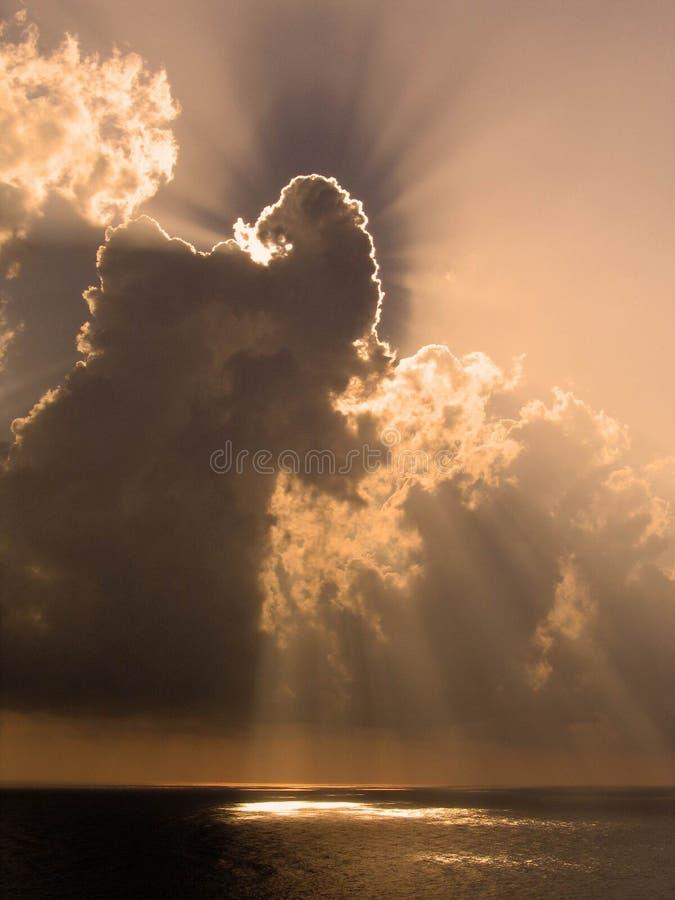 Download Havssolnedgång fotografering för bildbyråer. Bild av molnigt - 518763