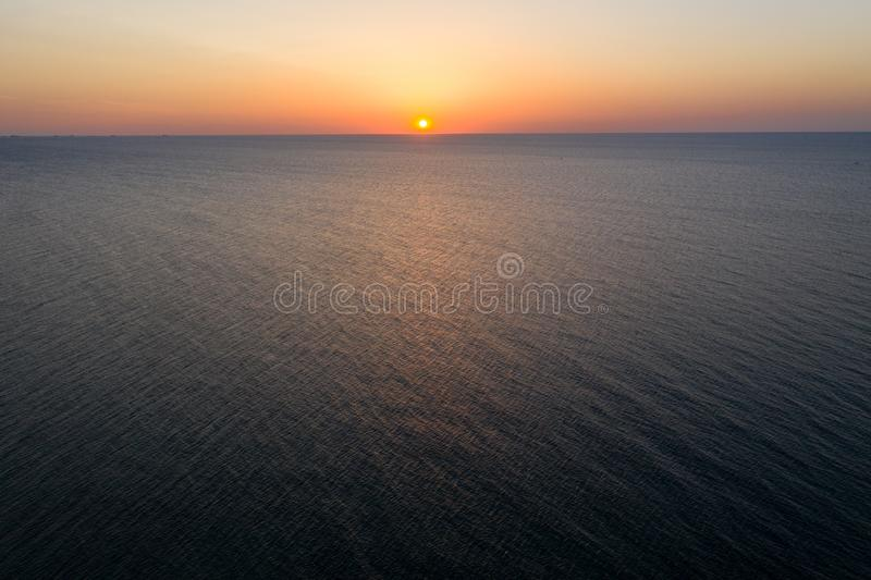 Havssoluppgångotta flyg- sikt Black Sea solnedg?ng Orange himmel och lågvatten Havsvågor i strålarna av en solnedgång Solnedgång  arkivbilder