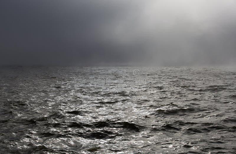 Havsstorm i dimma royaltyfri foto