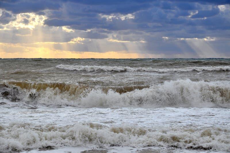 Havsstorm i solljuset arkivbild