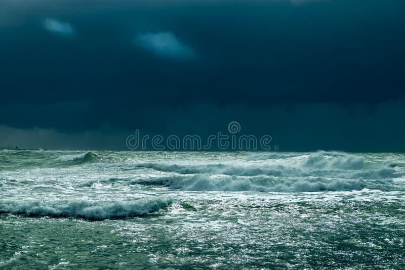 Havsstorm med dramatisk himmel fotografering för bildbyråer