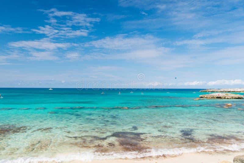 Havsstrand i den stora stigbygelcayen, Bahamas på solig dag Seascape med turkosvatten på blå himmel Sommarsemester på karibisk is royaltyfria bilder