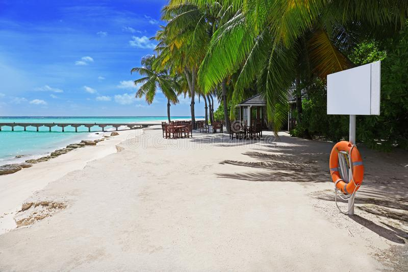 Havsstrand på den tropiska semesterorten royaltyfri foto