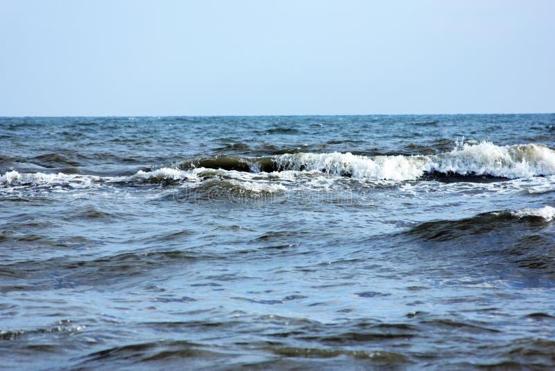 Havsstrandvatten med vågor arkivbild