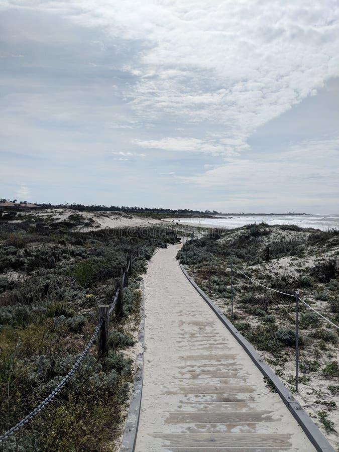 HavstrandKalifornien sand vaggar trägångbanan till stranden arkivfoton