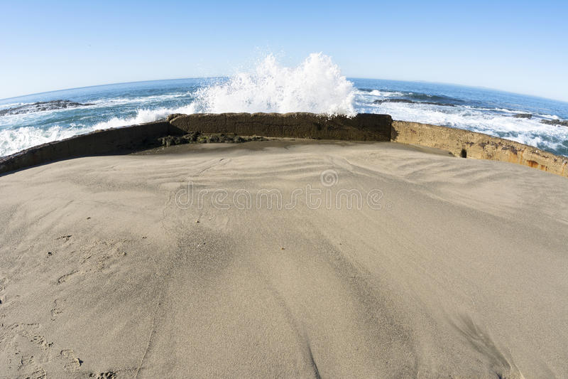 Havsvägg som blockerar vågen arkivbilder