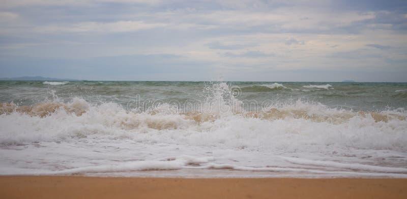 Havsvåg av den tropiska stranden royaltyfri foto