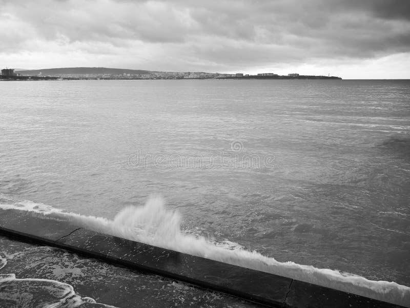 Havsvågen är bruten på vågbrytaren Sikt från invallning royaltyfri foto