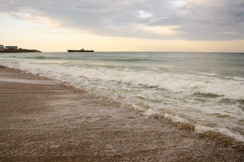 Havsvågor i Svarta havet royaltyfria bilder