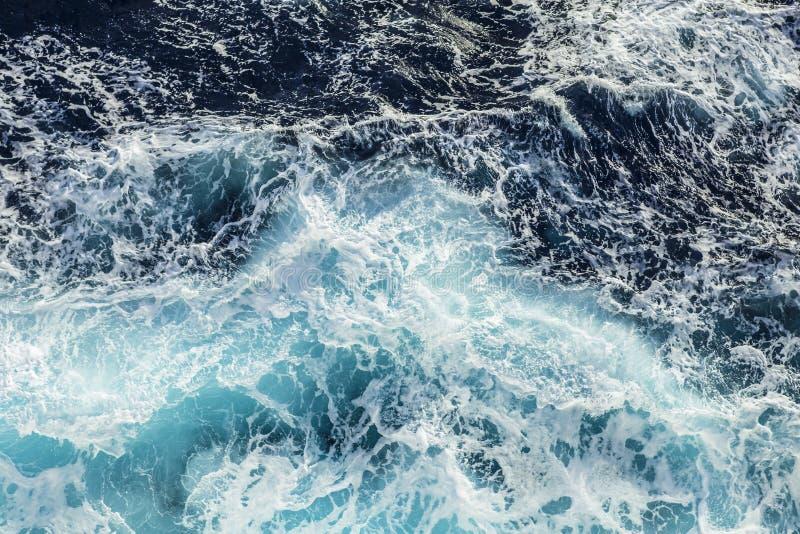 Havsvågor och skum nära kryssningskeppet royaltyfri bild
