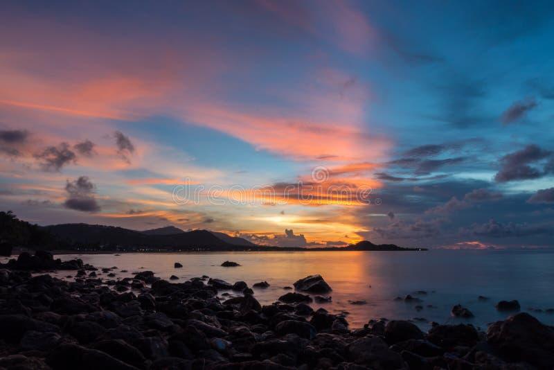Havsvågor piskar linjen inverkan vaggar på stranden på den Samui ön arkivbild