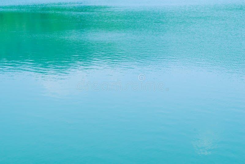 Havsvågslut upp, abstrakt textur för vatten för blå gräsplan för bakgrund, royaltyfria bilder