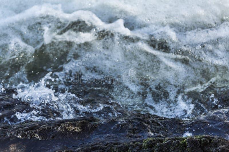 Havsvatten med vågor och skum fotografering för bildbyråer