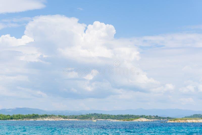 Havsvatten på den delvis molniga dagen, naturbakgrund Havsikt på solig sommardag arkivfoto