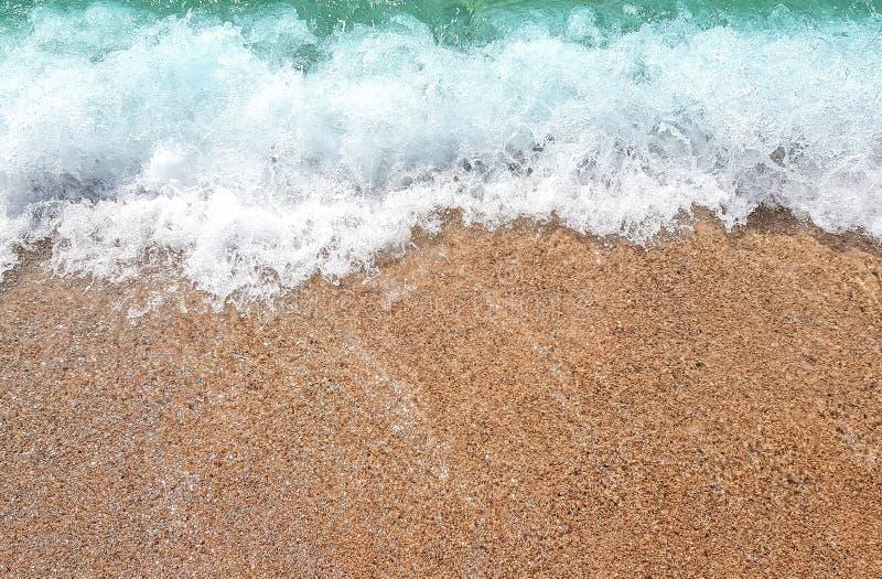 Havvåg på den sandiga stranden fotografering för bildbyråer