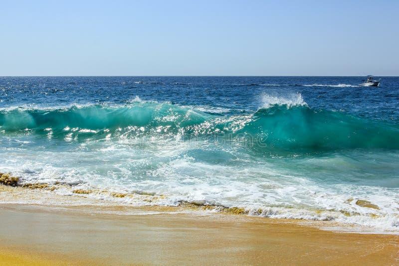 Havvåg på stranden av skilsmässan royaltyfri fotografi