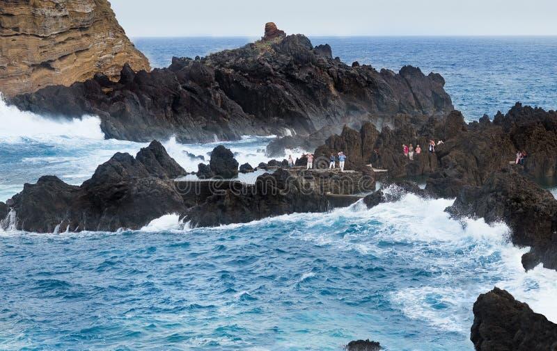 Havvåg som bryter havsvatten och den grova steniga kusten royaltyfri foto