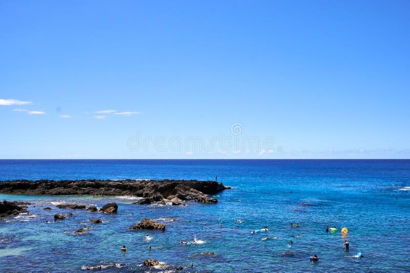 Hawaï, de V.S. - 4 Augustus, 2017: Weergeven van mensen die en bij de Inham van de Haai duiken snorkelen ahu bij van O ', Hawaï,  stock foto's