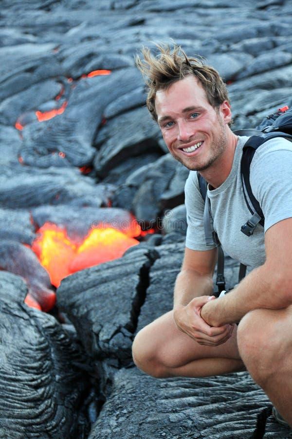 Hawaï : Randonneur voyant la lave images stock